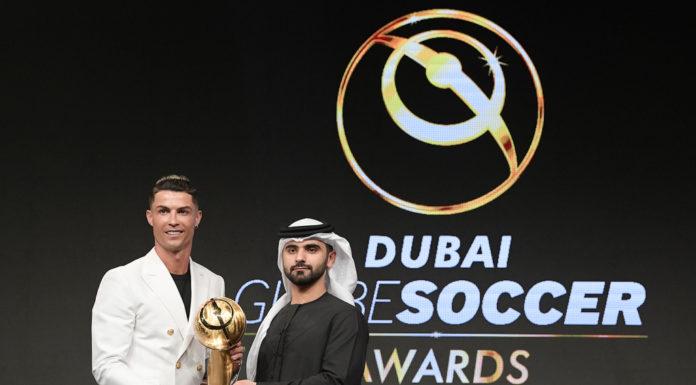 Pemain Juventus, Cristiano Ronaldo meraih penghargaan sebagai pemain pria terbaik 2019 dalam acara Globe Soccer Awards di Dubai, Uni Emirat Arab, Minggu (29/12/2019). Globe Soccer Awards adalah acara penganugerahan tahunan untuk para figur sepak bola (Twitter/Globe_Soccer)