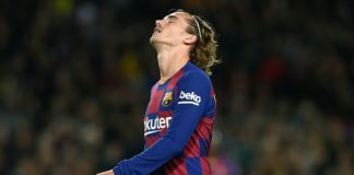 Ekspresi bintang Barcelona, Antoine Griezmann saat melawan mantan klubnya Atletico Madrid di Liga Spanyol. Duel ini dimenangkan Barcelona berkat gol Lionel Messi dengan skor 1-0.