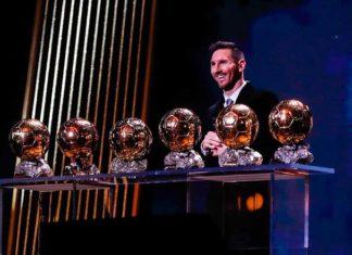 Striker Barcelona, Lionel Messi raih trofi Ballon d'Or 2019. Ini trofi keenam yang diraih Messi. Striker asal Argentina ini mengalahkan Virgil van Dijk dan Cristiano Ronaldo (FC Barcelona)