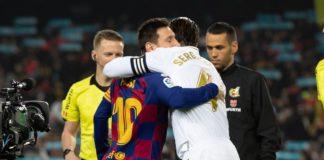 Kapten Barcelona, Lionel Messi memeluk kapten Real Madrid, Sergio Ramos sebelum laga el clasico Liga Spanyol 2019-2020 di Estadio Camp Nou, Kamis (19/12/2019). Laga ini berakhir imbang 0-0 (FCBarcelona)